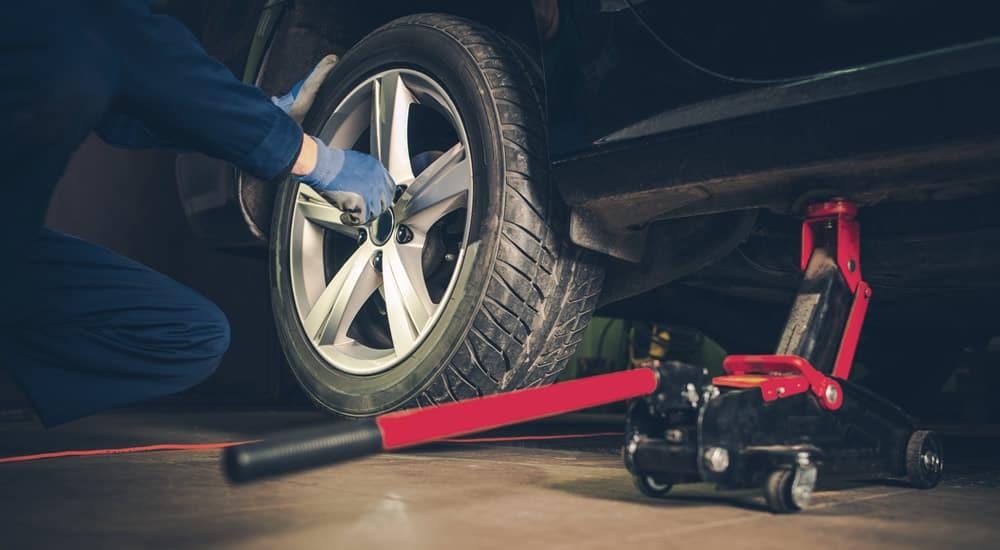 trocando pneus do veículos