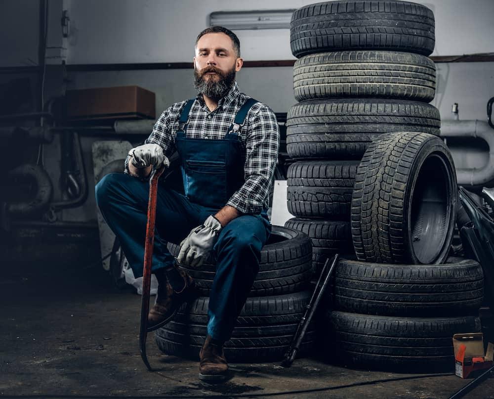 homem sentado em pneus